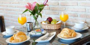Breakfast options available to guests at Hotel Medina de Toledo