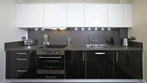 A kitchen or kitchenette at Luxurious Modern Apartment with Spacious Balcony