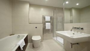 A bathroom at Luxurious Modern Apartment with Spacious Balcony