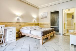 Un ou plusieurs lits dans un hébergement de l'établissement Sud Hôtel