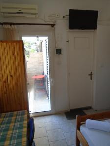 Μια τηλεόραση ή/και κέντρο ψυχαγωγίας στο Orfeas Rooms