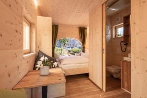 Ein Bett oder Betten in einem Zimmer der Unterkunft Zur Post Kümmersbruck Hotel & Tiny Houses
