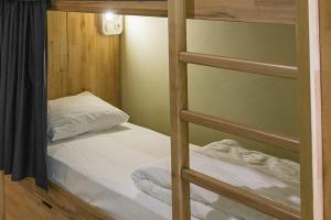 Łóżko lub łóżka piętrowe w pokoju w obiekcie DREAM Inn Lviv