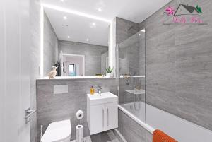 A bathroom at Book Today - 1 & 2 Bedroom Apartments Available with LillyRose Serviced Apartments St Albans, Free Car Park & Free Wifi