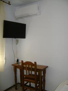 Una televisión o centro de entretenimiento en Hostal Residencia Pasaje