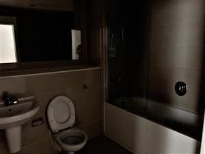 A bathroom at Bracknell - Stunning 1 bedroom Flat with Spectacular Views