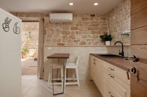 A kitchen or kitchenette at Villa Kudelik - Stone Story