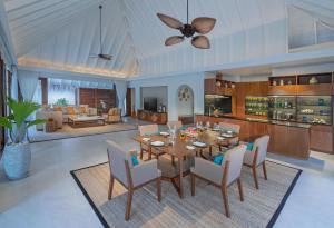 A restaurant or other place to eat at Anantara Kihavah Maldives Villas