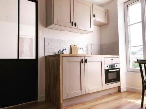 A kitchen or kitchenette at Joffre, superbe appartement à deux pas de la plage d'Arromanches