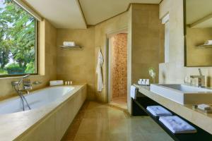 Un baño de Kempinski Hotel Ishtar Dead Sea