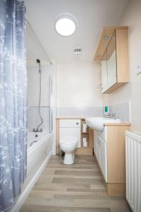 A bathroom at Lochend Serviced Apartments