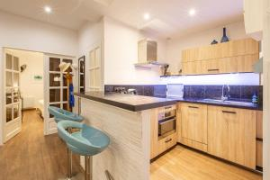 A kitchen or kitchenette at COULEE VERTE 2 Bedrooms in the old town at 5 min from the sea