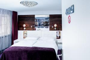 A bed or beds in a room at Boutiquehotel am Dom