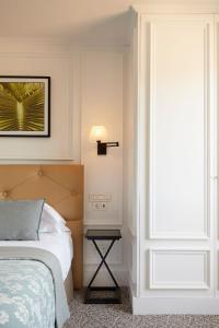 A bed or beds in a room at Hotel de Londres y de Inglaterra
