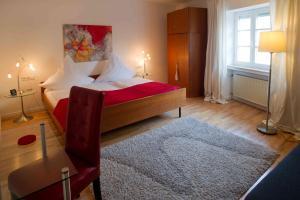 A bed or beds in a room at Weingut & Gästehaus Bernhard Eifel