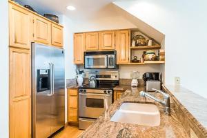 A kitchen or kitchenette at Cimarron Mountain Retreat