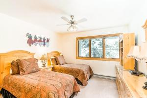 A bed or beds in a room at Cimarron Mountain Retreat