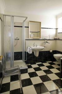 A bathroom at Weingut & Gästehaus Bernhard Eifel
