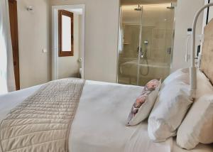 A bed or beds in a room at Hotel Abaco Altea