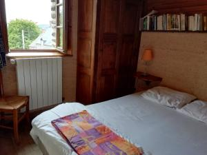 A bed or beds in a room at La Chauminette