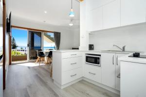 A kitchen or kitchenette at Beachcomer, Unit 2 - The Entrance, NSW