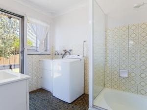 A bathroom at Argyle Cottage' 41 Argyle Avenue - great family home for holidays