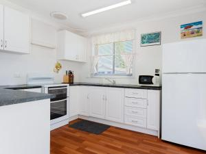 A kitchen or kitchenette at Argyle Cottage' 41 Argyle Avenue - great family home for holidays