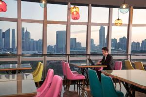 A restaurant or other place to eat at Aloft Guangzhou Tianhe