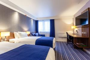 A bed or beds in a room at Holiday Inn Express Edinburgh Airport