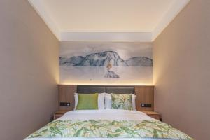 A bed or beds in a room at Mehood Theater Hotel (Chengdou Chunxi Road, Taikoo Li)