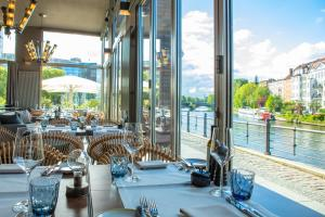 A restaurant or other place to eat at AMERON Hotel Abion Spreebogen Berlin