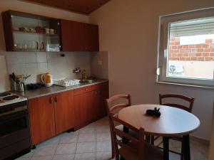 A kitchen or kitchenette at Apartmani Dalmatinka
