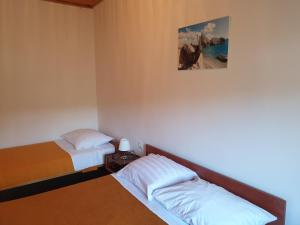 A bed or beds in a room at Apartmani Dalmatinka