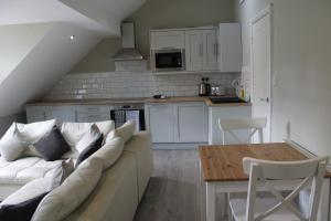 A kitchen or kitchenette at White House Cottages