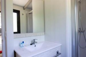 Un baño de Tamarit Beach Resort