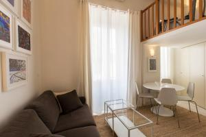 A seating area at SUEDE PROMENADE Duplex apartment at 1 min from the sea 2 baths