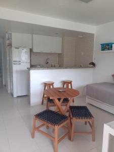 A kitchen or kitchenette at Apto Duplex Portinho Caieiras