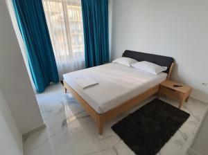 Un pat sau paturi într-o cameră la Mamaia Summerland Apartments