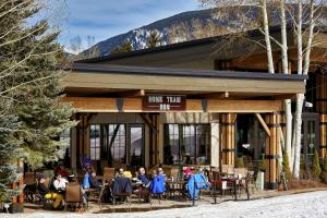 A restaurant or other place to eat at The Inn at Aspen