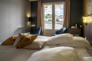 Een bed of bedden in een kamer bij Mercure Bords de Loire Saumur