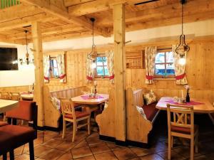 Ein Restaurant oder anderes Speiselokal in der Unterkunft Der Bachwirt