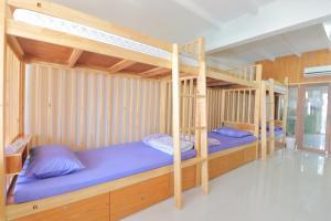 A bunk bed or bunk beds in a room at OYO 872 Saen Sabai Hostel