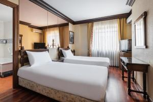 A bed or beds in a room at Hotel Conde Rodrigo I