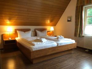 Ein Bett oder Betten in einem Zimmer der Unterkunft Tepe's Gasthof