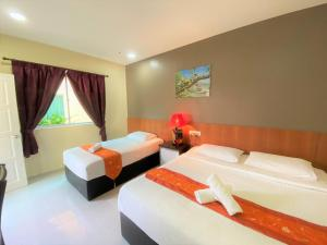 A bed or beds in a room at Chenang Inn