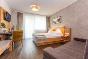 Ein Bett oder Betten in einem Zimmer der Unterkunft Hotel Almrausch