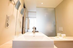 Ein Badezimmer in der Unterkunft Hôtel des Voyageurs Boutique