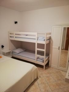 Poschodová posteľ alebo postele v izbe v ubytovaní Apartmani Matiša