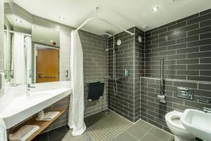 A bathroom at Holiday Inn Express Strathclyde Park M74, Jct 5