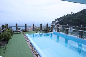 The swimming pool at or close to Royal Huy Hotel Tam Dao